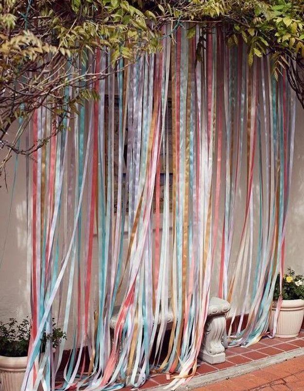 Pendre un rideau de rubans de toutes les couleurs pour créer un esprit feria
