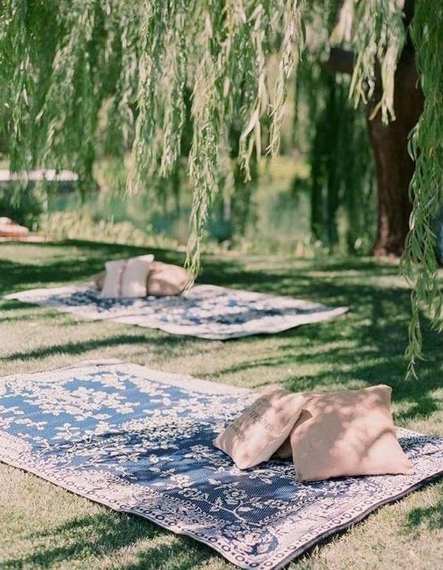 Prévoir un coin cosy avec des coussins et un jeté de canapé pour un jardin boho