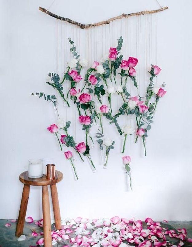 Réaliser une suspension florale et déposer des pétales au sol pour un effet romantique