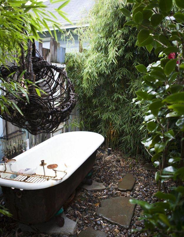 Une baignoire extérieure classique dans une atmosphère jungle