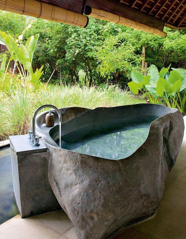 Une baignoire extérieure ancrée dans la roche