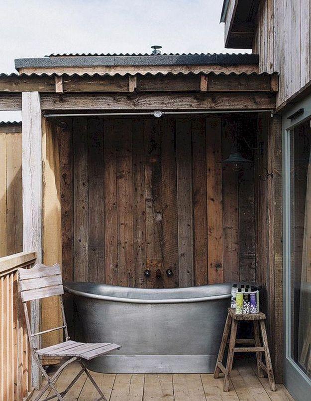Une baignoire extérieure dans un style rustique