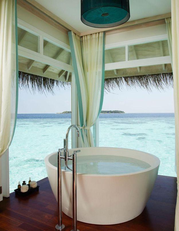 Une baignoire extérieure qui donne sur l'océan indien