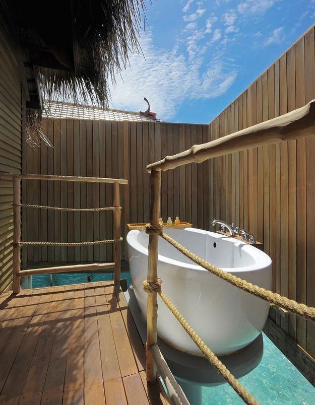 Une baignoire extérieure qui trône sur l'eau des Maldives