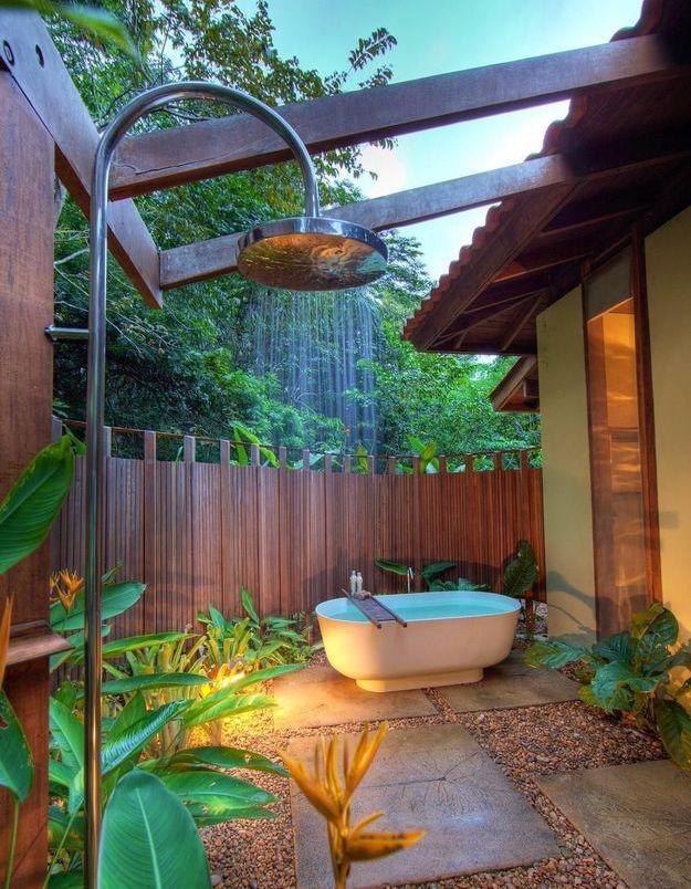 Une douche et une baignoire extérieures exotiques