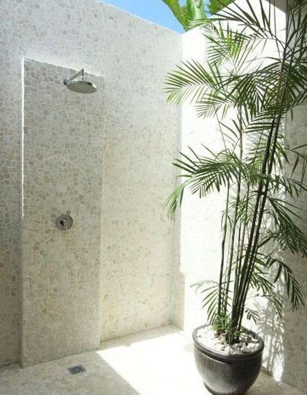 Une douche extérieure avec mosaïque