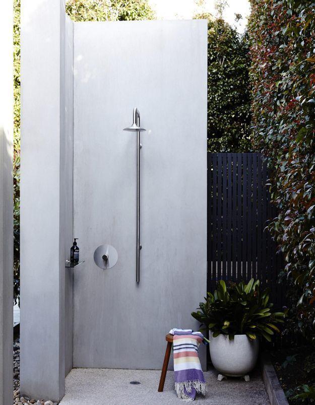 Une douche extérieure minimaliste