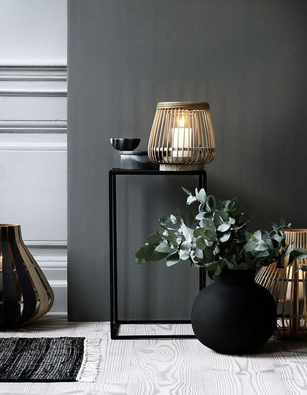 De l'eucalyptus séché dans un vase noir mat