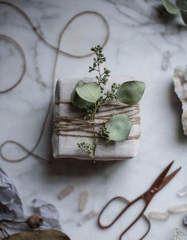 De l'eucalyptus séché pour décorer les paquets-cadeaux