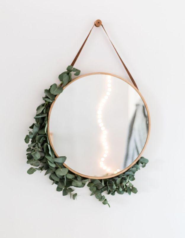 De l'eucalyptus séché qui habille un miroir