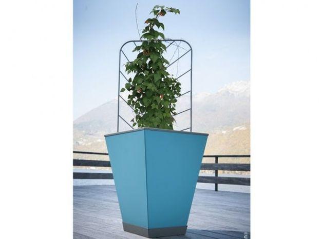 Grand pot bleu avec treillis pour plante