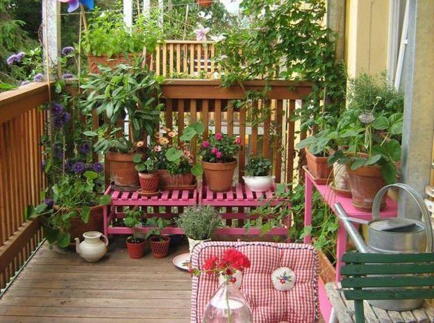 Jardin avec des bancs pour un mini balcon