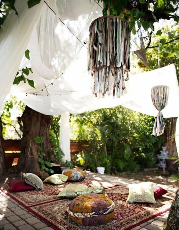 Des draps, foulards ou nappes découpées en rubans pour créer des mobiles