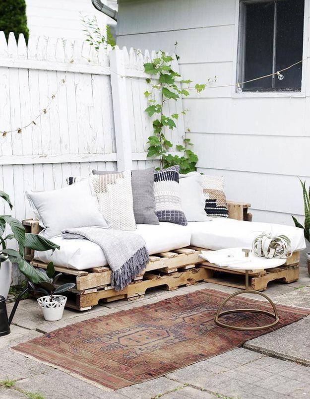 Des palettes en bois transformées en canapé d'angle