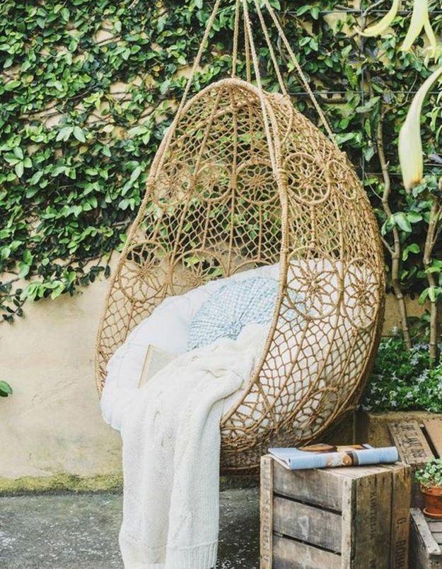 Coin sieste dans le jardin via un fauteuil suspendu en rotin