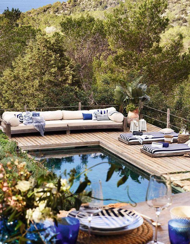 Une terrasse avec piscine qui décline le bleu et le blanc