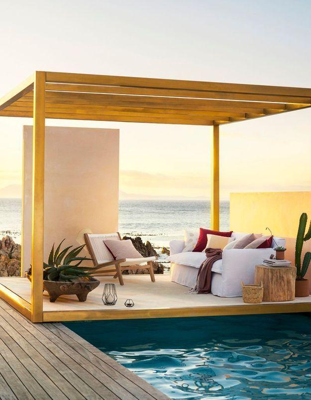 Une terrasse avec piscine qui ose le canapé d'intérieur (à condition qu'il soit protégé par une pergola)