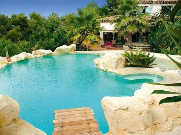Créez un décor paradisiaque autour de la piscine