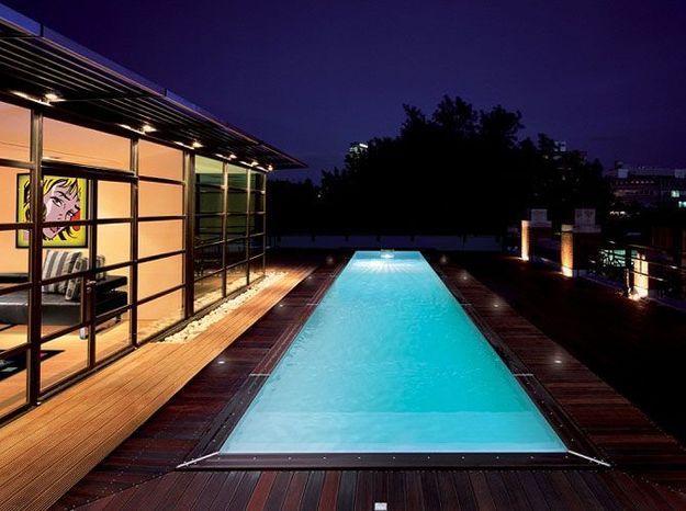 Encastrez des leds lumineux le long de la piscine