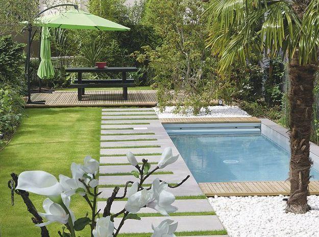 Utilisez des galets décoratifs pour souligner les lignes de la piscine