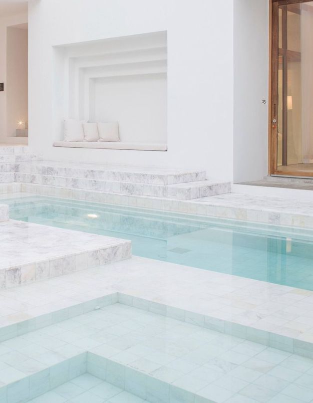 Piscine design en marbre blanc