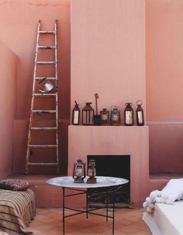 Disposer une échelle en bois brut devant un mur coloré pour apporter une touche berbère