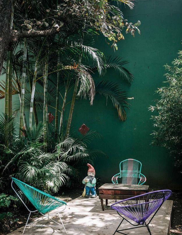Peindre le mur en vert forêt pour adopter la tendance jungle chic