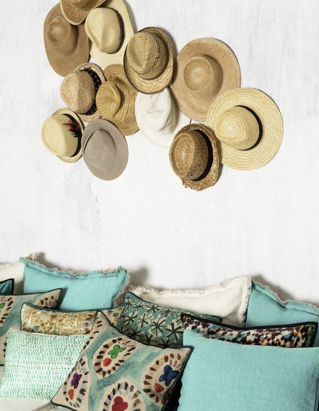 Penser au mur de chapeaux pour un effet vacances