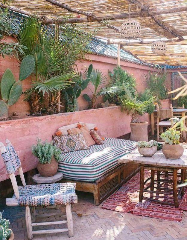 Imaginer une jardinière tout le long de votre terrasse pour créer un mini-jardin