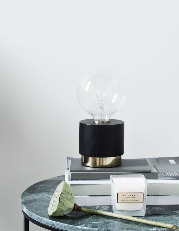 Une lampe de table H&M Home