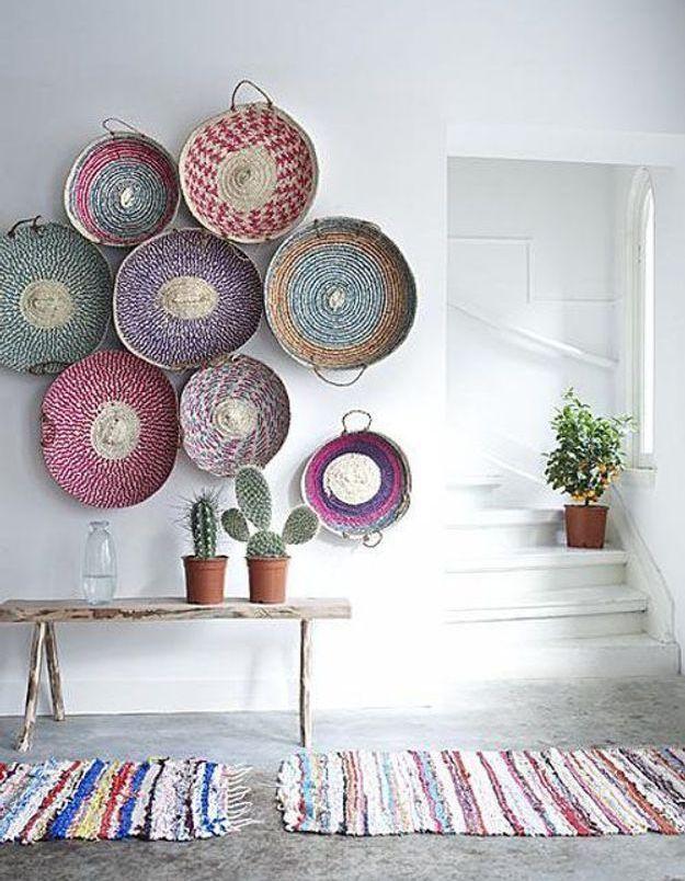 Des corbeilles handmade accrochées au mur