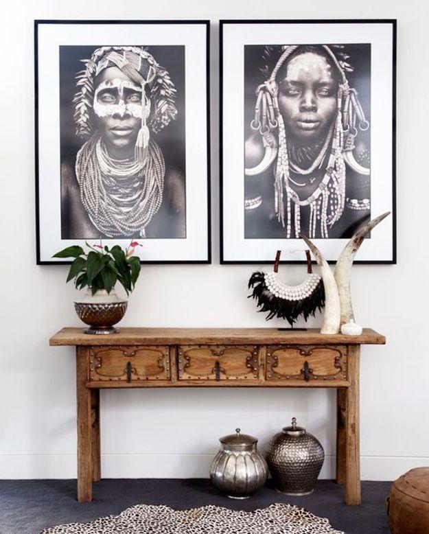 Des photographies tribales au mur