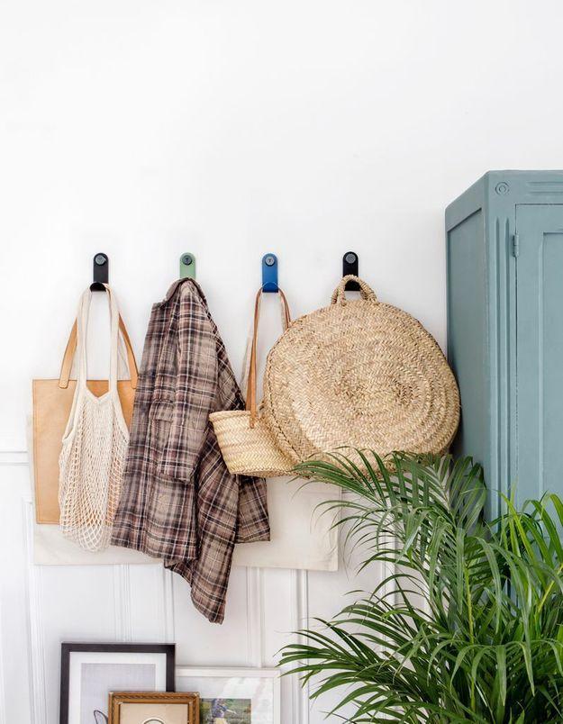 Ranger les vêtements accumulés sur le porte-manteaux de l'entrée ou posés sur le fauteuil de la chambre