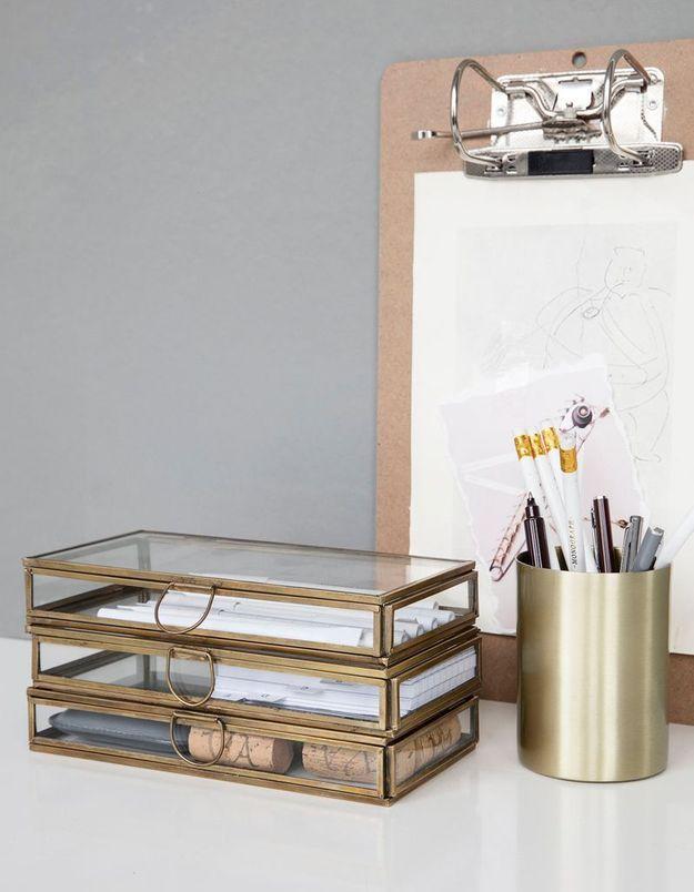 Trier les stylos accumulés dans le pot à crayons du bureau