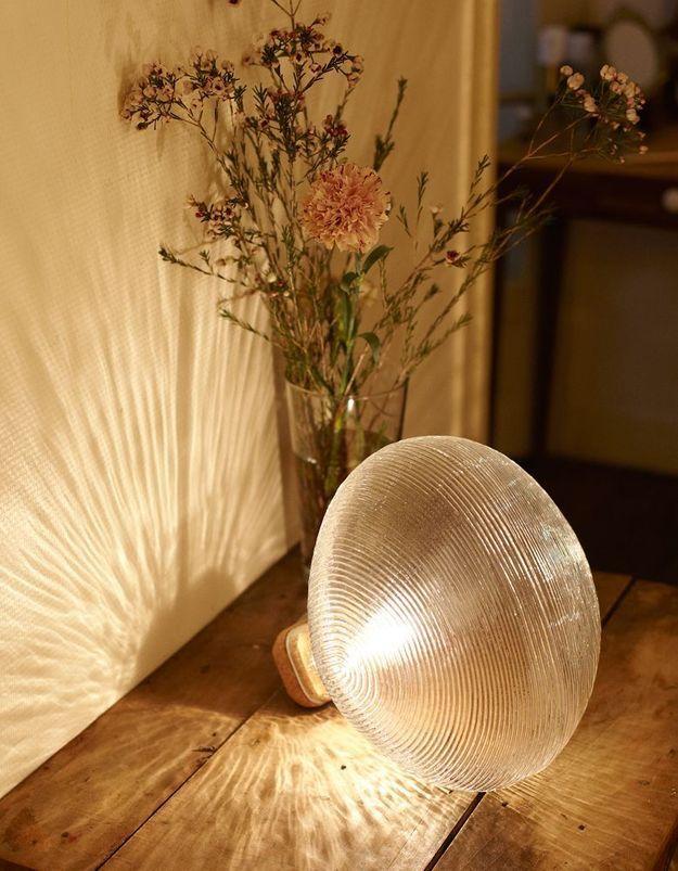 Une lampe à poser Petite Friture comme cadeau de Noël déco