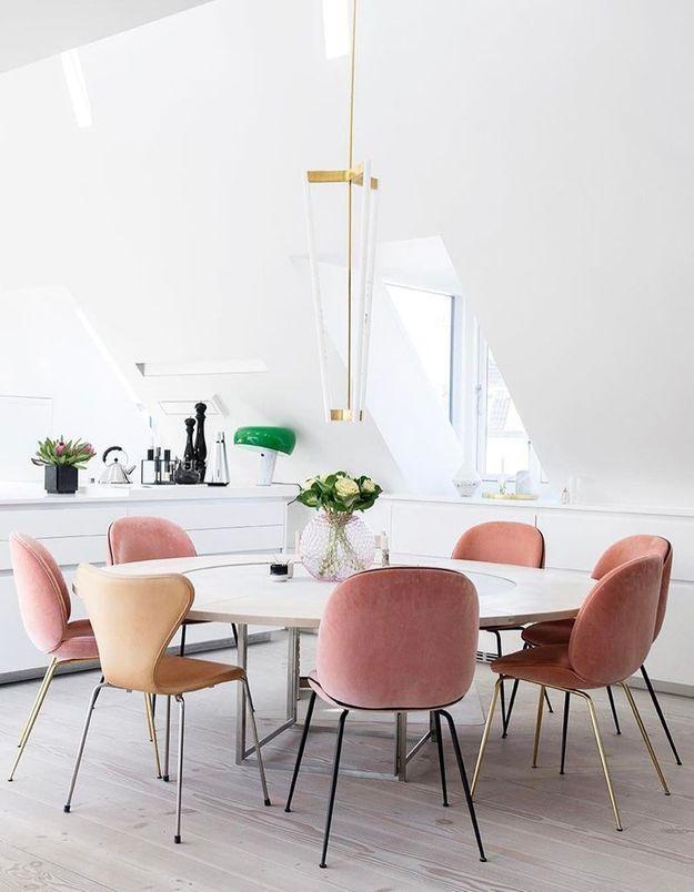 La chaise Beetle rose mêlée à d'autres chaises