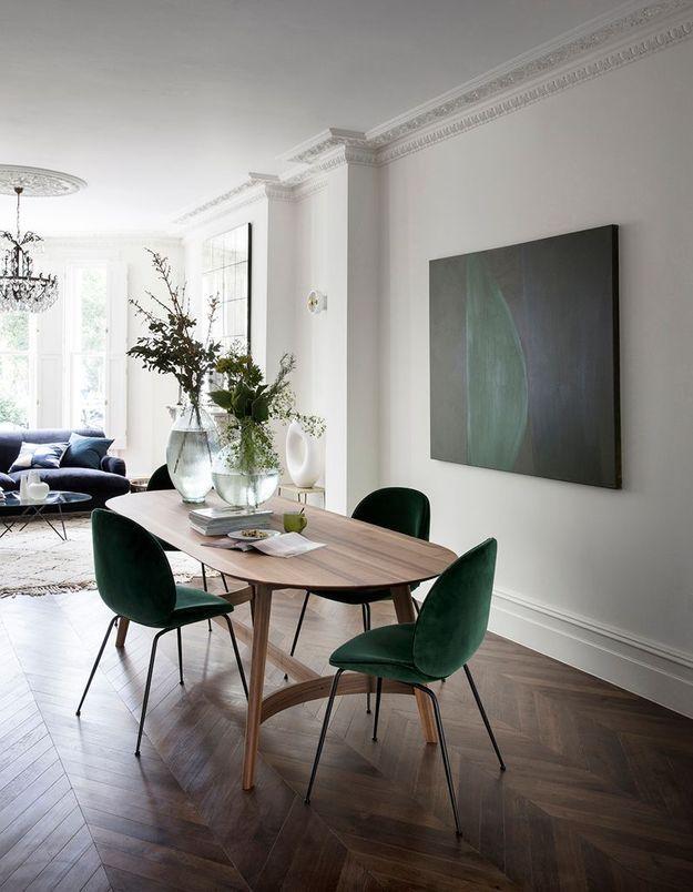 La chaise Beetle verte dans un univers boisé