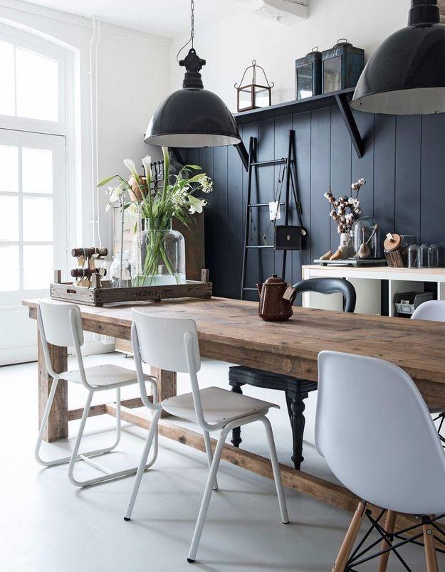 La chaise DSW blanche parmi d'autres chaises de la même couleur