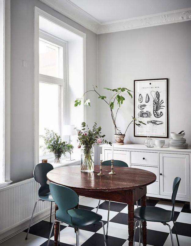 Des chaises Fourmi bleues dans une salle à manger à l'esprit mix & match