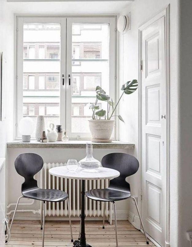 Des chaises Fourmi noires dans un coin repas blanc