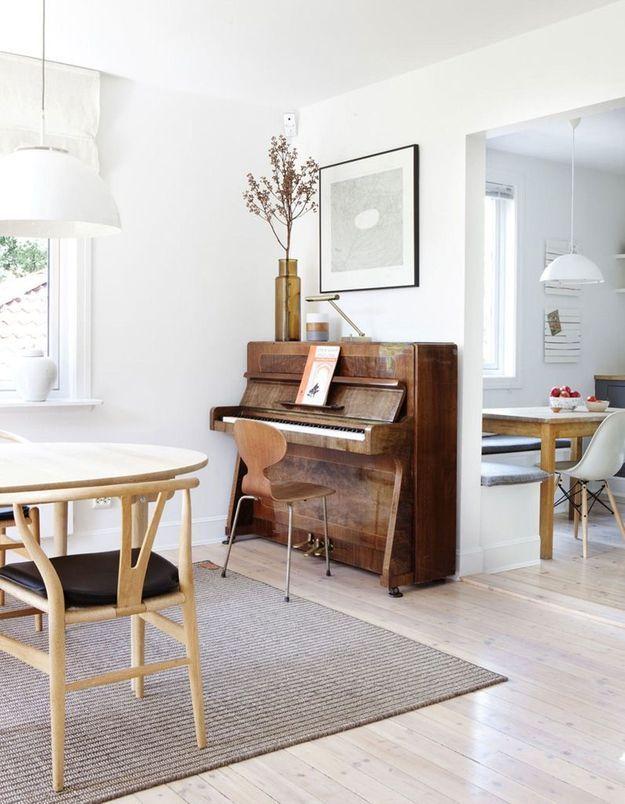 Une chaise Fourmi comme assise de piano