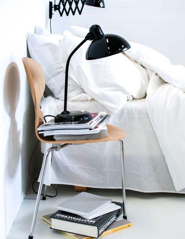 Une chaise Fourmi en guise de table de chevet