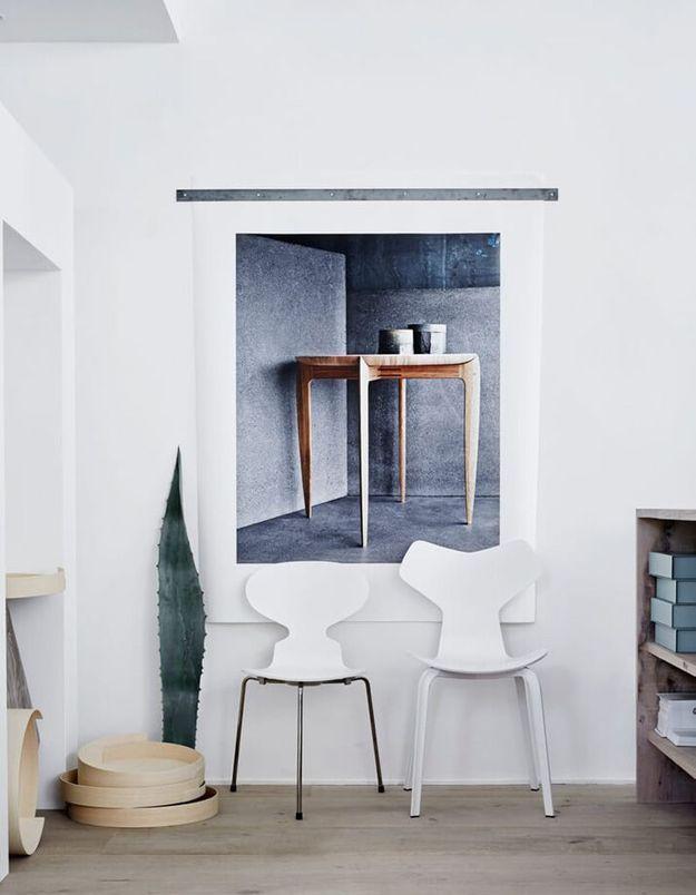 Une chaise Fourmi qui se fond à la couleur du mur