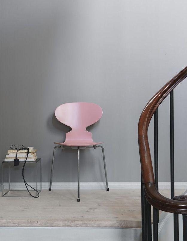 Une chaise Fourmi colorée comme assise d'appoint