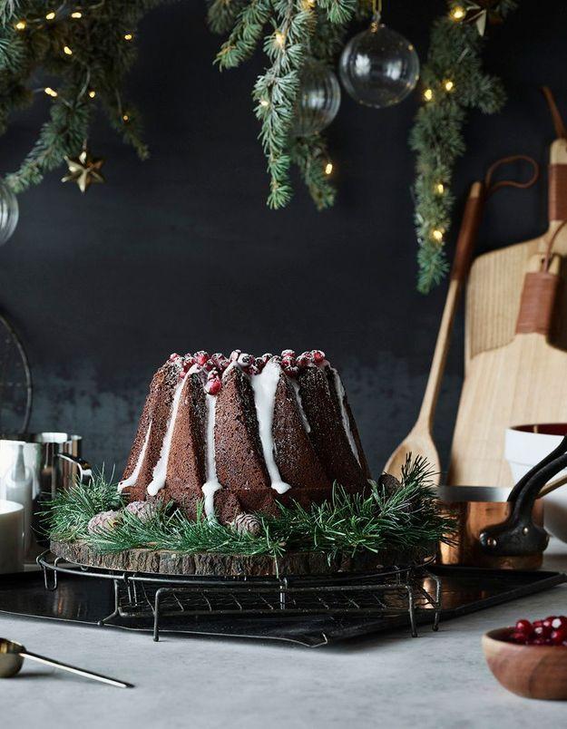 L'idée qu'on pique à la collection Noël H&M Home : déposer des branches de sapin autour du gâteau