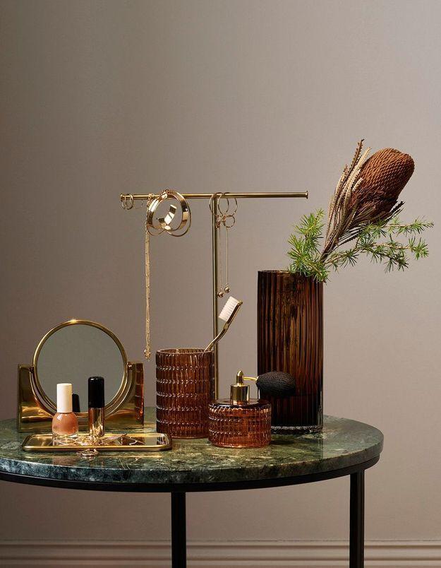 L'idée qu'on pique à la collection Noël H&M Home : distiller des bouquets de branches et des éléments dorés partout