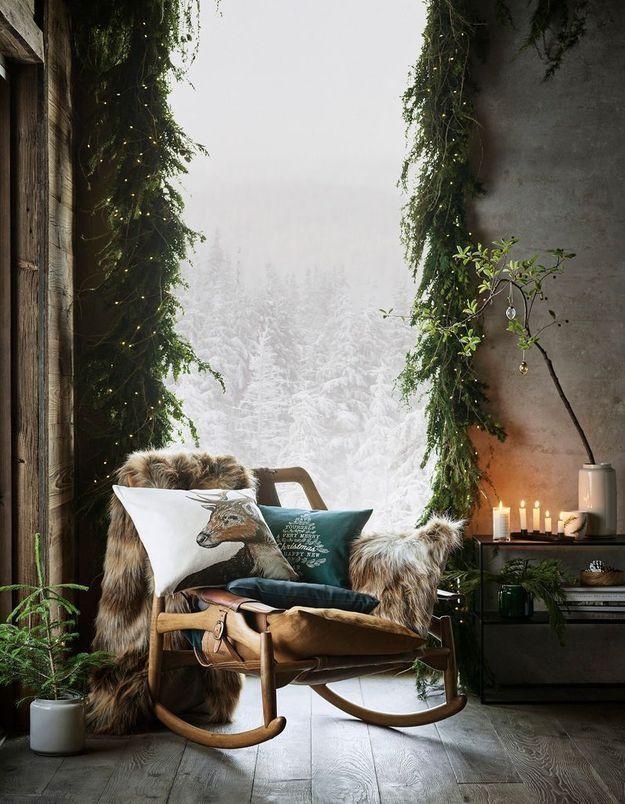 L'idée qu'on pique à la collection Noël H&M Home : encadrer ses fenêtres de branches de sapin et de guirlandes lumineuses