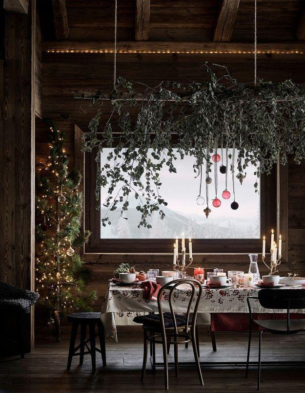L'idée qu'on pique à la collection Noël H&M Home : suspendre une branche et l'habiller de branches d'eucalyptus et de décorations de Noël