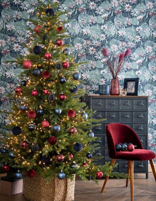 L'idée qu'on pique à la collection Noël Maisons du Monde : assortir la déco de son sapin de Noël au revêtement mural de la pièce