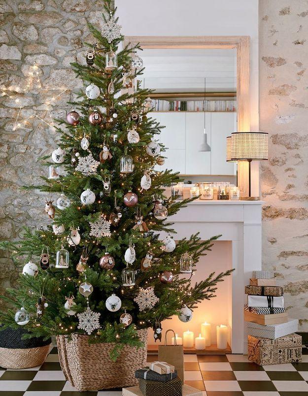 L'idée qu'on pique à la collection Noël Maisons du Monde : cacher le pied du sapin dans un panier